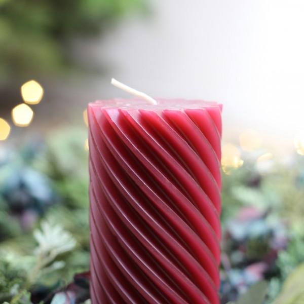Stumpenkerze, gedreht, rot auf Adventskranz