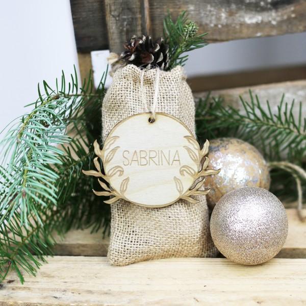 Holzanhänger floral mit Wunschnamen gebunden an Geschenk