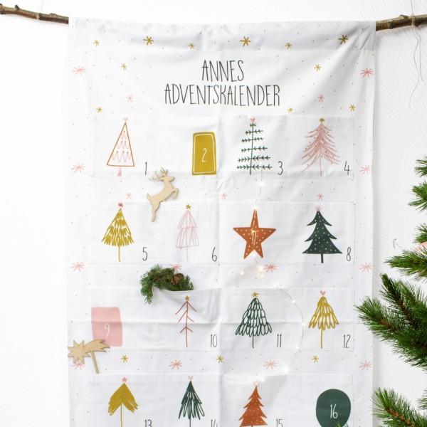 """Detailaufnahme Adventskalender """"Christmas Trees"""" mit verschiedenen Weihnachtsbäumen und unseren weihnachtlichen Cake Toppern"""