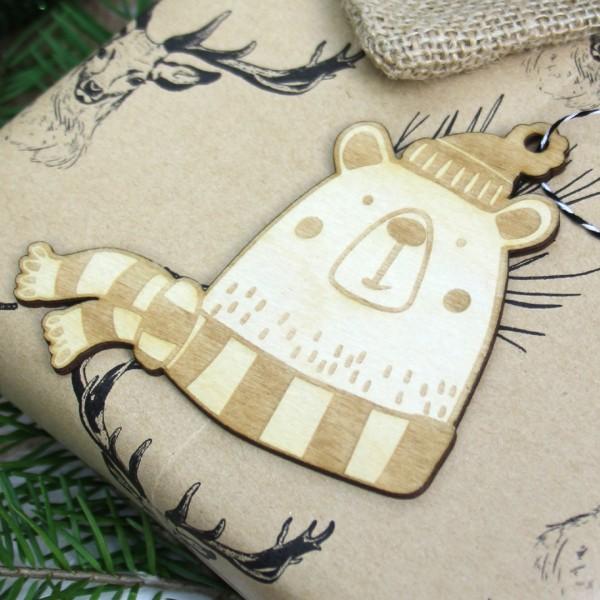Holzanhänger Bär fröhlich mit Schal und Mütze vor Geschenk