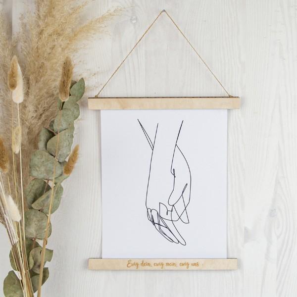 magnetische Bilderleiste aus Holz mit eingraviertem Wunschtext in geschwungenem Text, geeignet für bis zu A4 im Hochformat, zum aufhängen, hier mit Line Drawing als Beispiel