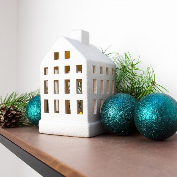 Windlicht | Haus | weiß | klein mit Tannenzweig und Weihnachtskugeln