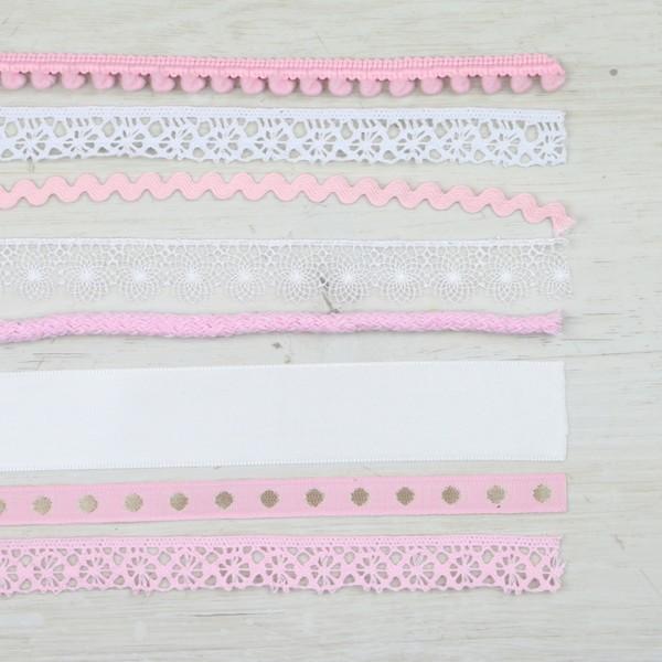 Bändermix aus verschiedenen Stoffen und Mustern in Rosatönen