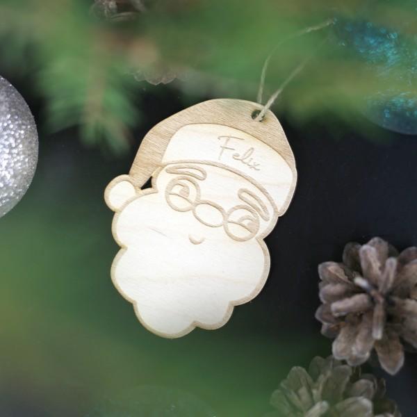 Holzanhänger mit Nikolaus als Motiv und Wunschnamen hängend im Weihnachtsbaum