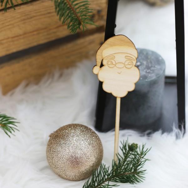 Nikolaus Cake Topper aus Holz neben Weihnachtsdeko
