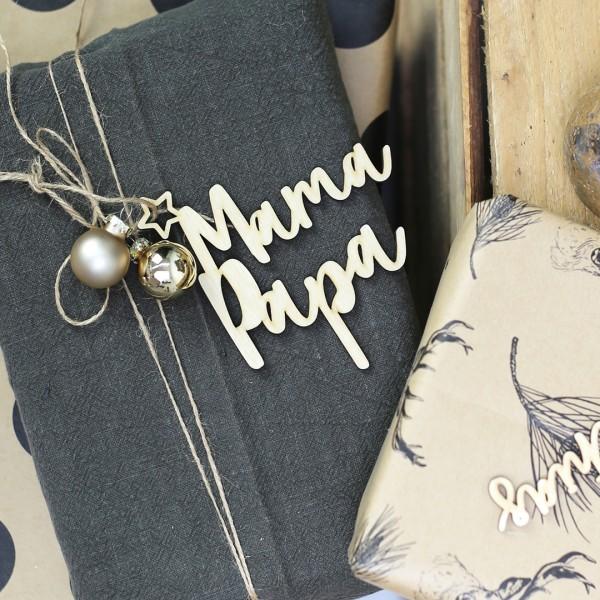 Holzanhänger mit Wunschnamen auf 2 Zeilen und kleinem Stern vor Geschenk