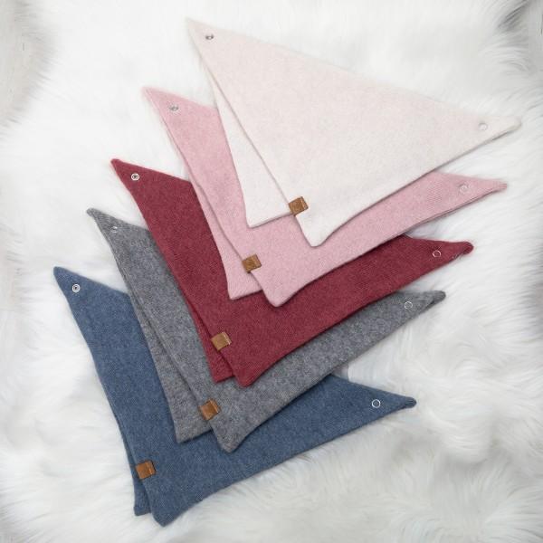 Dreieckstuch mit Druckknopf aus weichem Strickstoff in den Farben dunkelblau, grau, bordeaux, creme, rosa
