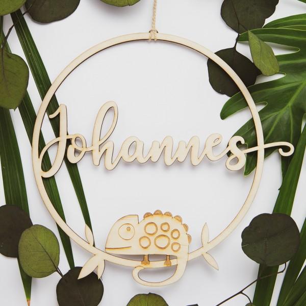 Holzkranz mit  Chamäleon und Wunschtext umgeben von Blättern