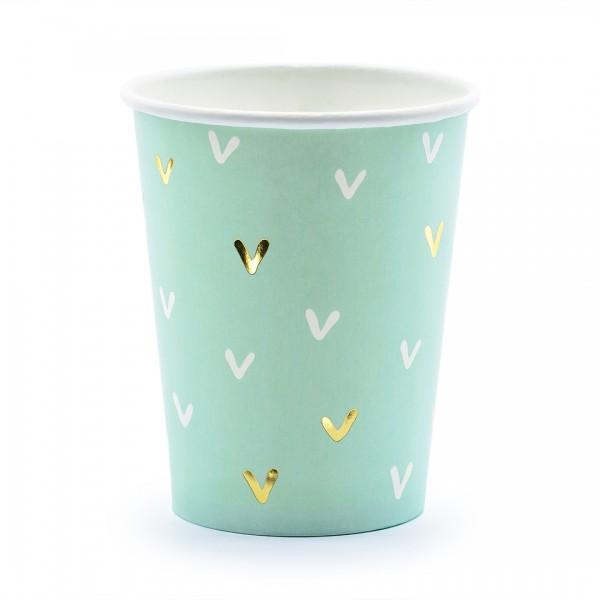 Papierbecher in Mint mit weißen und goldenen Herzen
