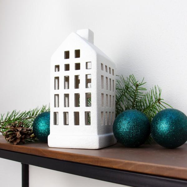 Windlicht   Haus   weiß   groß neben Weihnachtsdeko