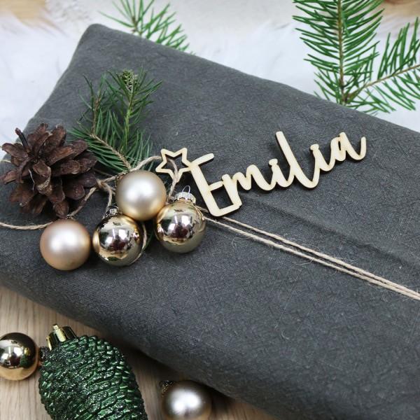 Holzanhänger mit Wunschnamen und kleinem Stern an Geschenk