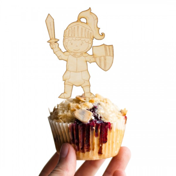 Cake Topper Ritter aus Holz auf Muffin