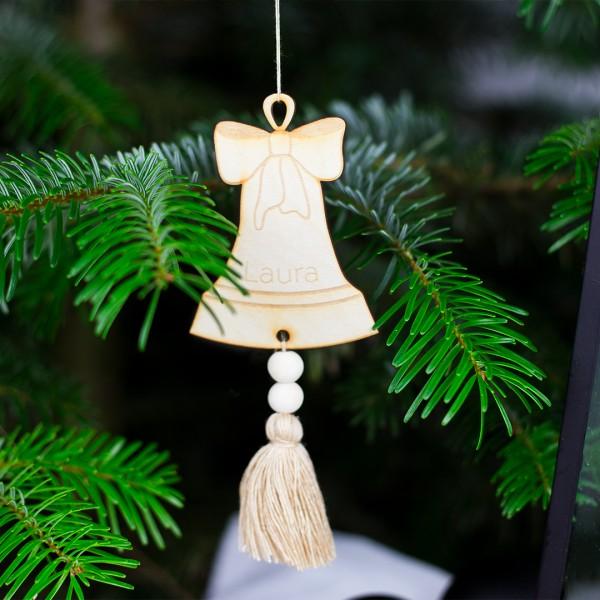Anhänger Glocke mit beiger Quaste an einem Tannenzweig hängend mit Name Laura und Weihnachtsdeko