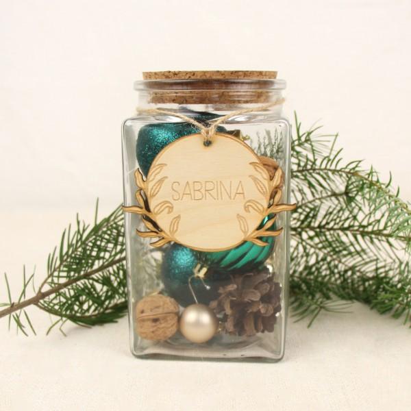 Korken Deckel Glas dekoriert mit Holz Anhänger und Weihnachtskugeln vor Tannenzweigen