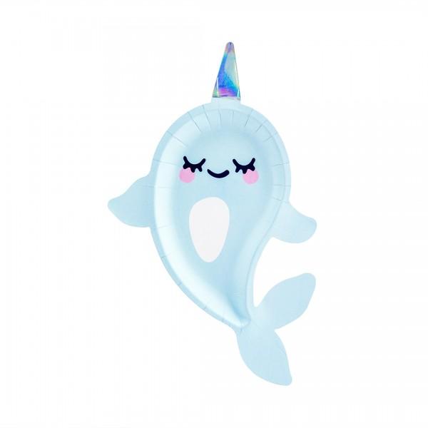 Süßer hellblauer Papierteller in Form eines Narwals, mit geschlossenen Augen