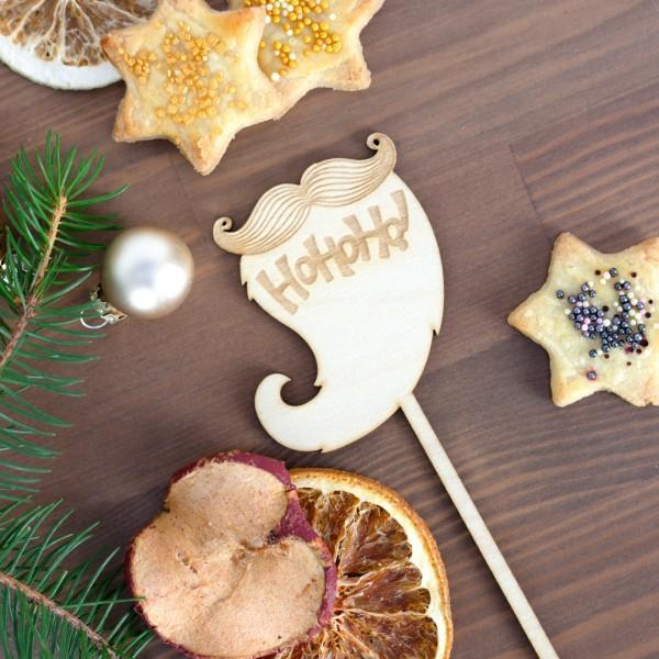 Cake Topper | Ho Ho Ho | Bart liegend neben Weihnachtsdeko
