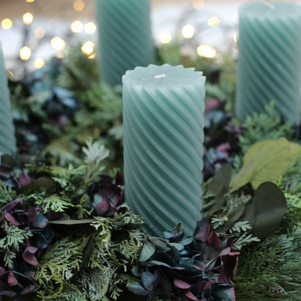 Stumpenkerze gedreht, smaragd auf Adventskranz