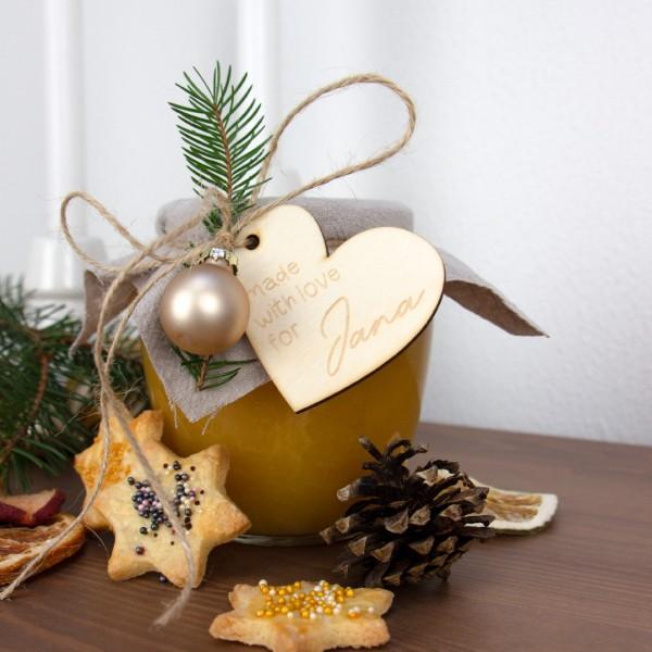 Made with love Wunschname - Anhänger befestigt an Marmeladenglas zwischen Tannenzapfen Plätzchen getrockneter Orange Tannenzweigen