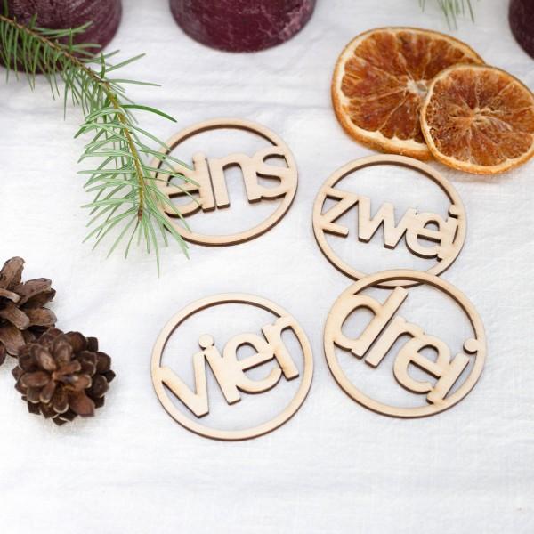 Adventskalender - Anhänger verteilt  zwischen getrockneten Orangen Tannenzapfen und Tannenzweigen