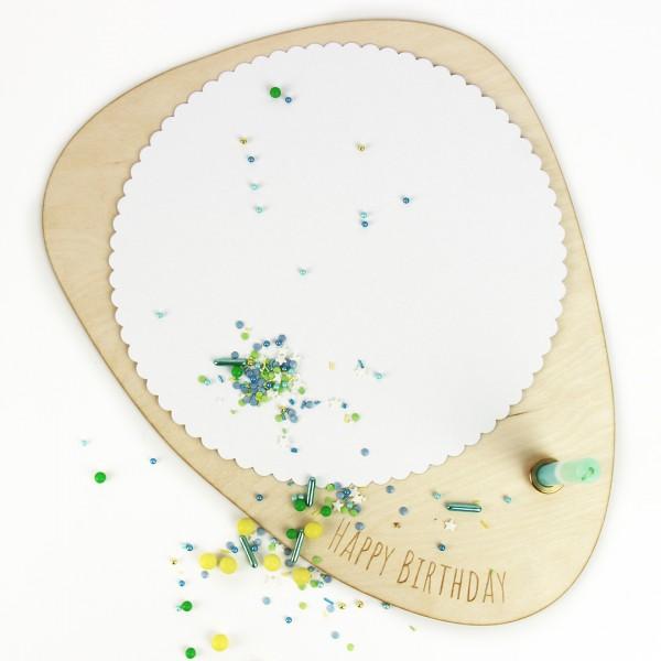 Kuchenplatte aus Holz mit Happy Birthday Schrift und Kerzeneinsatz